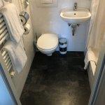Kleines Bad - sehr schlechter Zugang um auf dem WC zu gelangen und viel zu kleines Waschbecken