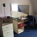 Chambre,pas de télévision, les tiroirs sont cassés, traces sur la moquette.