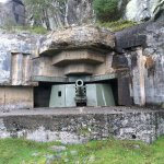 Flott intakt kanonstilling mot øya hidra og spennende tur gjennom hule i fjellet flere kanonstil