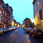 Η οδός Fierland με το ξενοδοχείο.