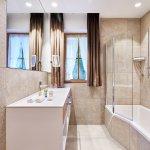 Badezimmer im Bauernhaus mit Badewanne/Dusche