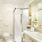 Badezimmer mit Dusche und WC im Haupthaus