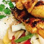 Hähnchen-Satee auf Wok-Gemüse mit Basmati-Reis