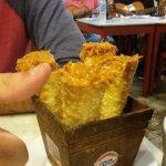 Porquinho enrolado - massa de pastel em cone, recheada com porco desfiado. DELICIA!!!