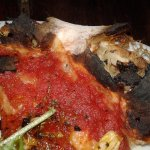 pizza vegana solo salsa y hojas de albahaca y quemadaa