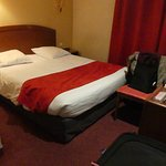 Very good size room - very comfortable bed - en suite small but very adequate