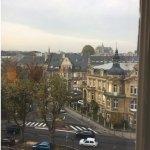 La vue par la fenêtre de la chambre