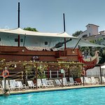 Vista de uno de los 3 restaurantes, este con forma de barco, desde la piscina.