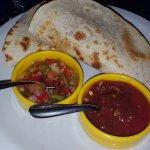 Tacos acompañado de salsa criolla y pico de gallo