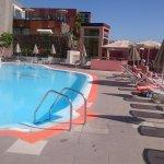 Förhållandevis litet pool-område, fin utsikt, rent & fräscht