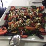 La ensalada estaba impresionante, y la fruta tremenda