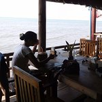 Notre table donnant sur la mer sur la terrasse du Holy Crab