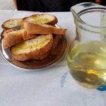 Wino białe domowe i chleb z oliwą
