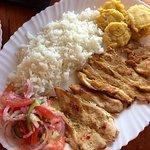 Pollo a la plancha con arroz y patacones