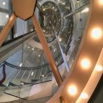 Het trappenhuis, vanuit de glazen lift. Het gebouw zelf is ook de moeite waard.