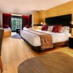 Habitación reformada: más confortable y con una exquisita decoración en madera, piel y tejidos n