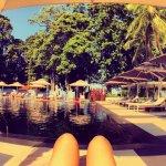 la piscina es perfecta por su color ycuenta con naturaleza, hermosos arboles y espectacular pais