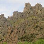 colina rocosa vista desde hostal