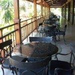 Mesas afuera del restaurante