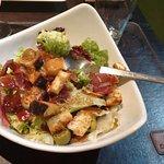 ensalada de verdes y jamón ahumado
