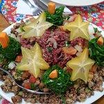 Agarradinho: feijão de corda com farofa, vinagrete, carne seca e couve.