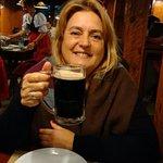 brindando con cerveza negra
