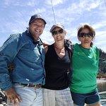 Mi mamá con Dany, el capitán, e Inés, su amiga y ayudante ese día.