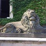 玄関前のライオン像
