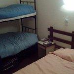 Trois couchages de la chambre 408 avec la fuite d'eau