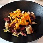 Salade tiède de pigeon , achar de mangue au gingembre frais , nems des cuisses à la datte , sala
