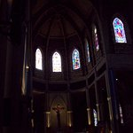 Detalles de los vitrales en la parte superior.