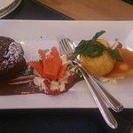 """Nachtisch """"Lava Cake"""" mit einer Kugel Eis im Kokos-Mantel"""