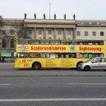 Bus turístico frente a la Universidad