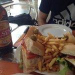 Chivito uruguayo y cerveza