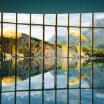 Pool im Spa mit Panoramablick auf die Berge