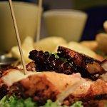 Tabla de Pulpo grillado, Pilpil de camarón ecuatoriano y aros de calamar, Fish balls bañadas en.