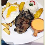 Bistec a lo pobre - Vysmážané jemné hoväzie mäso (150 g). Podáva sa s vysmážaným banánom , volsk