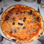 Pizza mit Oliven und Anchovis