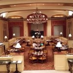 Ресторан в холле, где проходят завтраки.