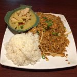 Daily Special- Avacado/Chicken Green Curry (includes rice soup, Pad Thai With Prawns And Rice)