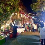 Photo de Sunday Night Market Walking Street - Tha Pae Gate