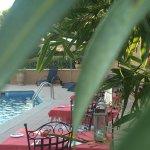 Diner autour de la piscine