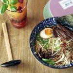 RAMEN PING PONG - niestandrdowo użyty makaron somen w wołowym bulionie z chrupiącymi dodatkami.