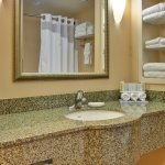 Guest Bathroom - Holiday Inn Express & Suites : Porterville