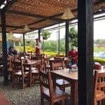 Sehr schönes Restaurant mit lokaler Küche direkt am Autokreisel zum Flughafen