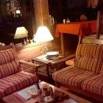 Sala de estar, lectura, TV y desayunador.