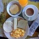 desayuno hotel el lago frente al parque,