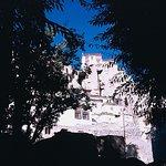 Blick vom Dorf hinauf zum Kloster