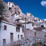 Blick aus dem Dorf zum Kloster