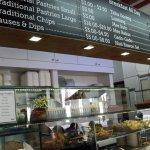 Aneka menu RM Minang terpampang diatas etalase & tarifnya
